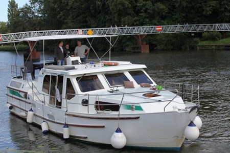 America 43 S rental of licence-free barges on rivers and canals of France