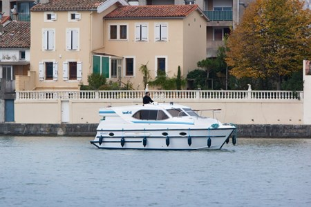 Countess rental of licence-free barges on rivers and canals of France