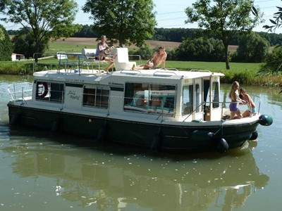 Eau Claire 930 Fly NF rental of licence-free barges on rivers and canals of France