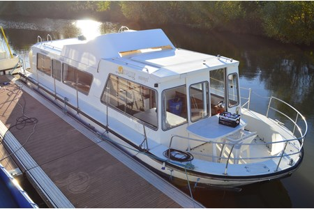 Espade concept Fly rental of licence-free barges on rivers and canals of France