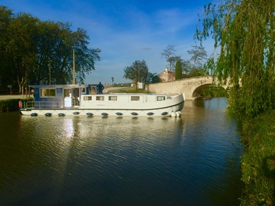 La Péniche F tourism stroll france holiday boat launch barging small barge