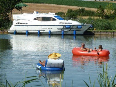 Navig 34 Hybrid rental of licence-free barges on rivers and canals of France