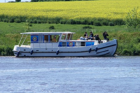 Pénichette 1120 R F rental of licence-free barges on rivers and canals of France