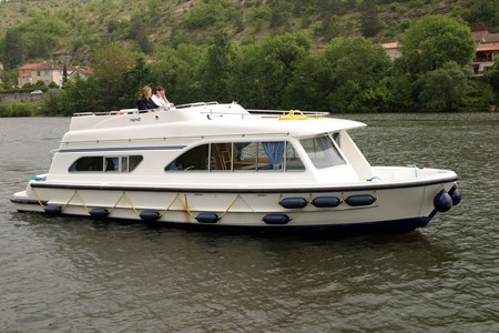 Tango rental of licence-free barges on rivers and canals of France