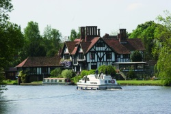 Rental of licence-free barges on rivers and canals of England