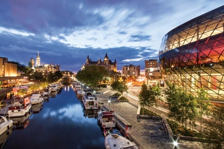 Canada - Rideau Canal a Ottawa, la capitale del Canada, un passo quasi obbligatorio, accessibile con la tua barca senza patente con il Parlamento sullo sfondo