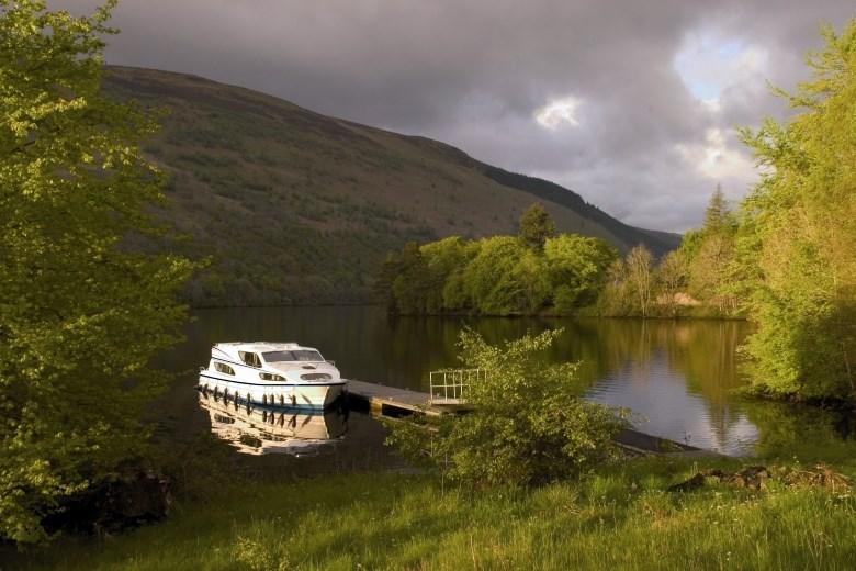 Scozia - Barca senza patente Magnifique ormeggiata in uno dei tanti laghi del Canale di Caledonia che attraversa la Scozia