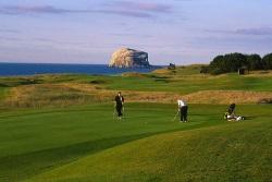 Einer der zahlreichen schottischen Golfplätze (St Andrews), der mit Ihrem führerscheinfreien Hausboot erreichbar ist